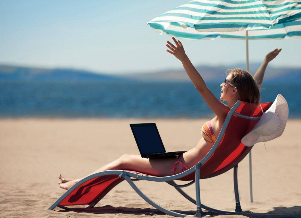 노트북으로 예매하는 모습