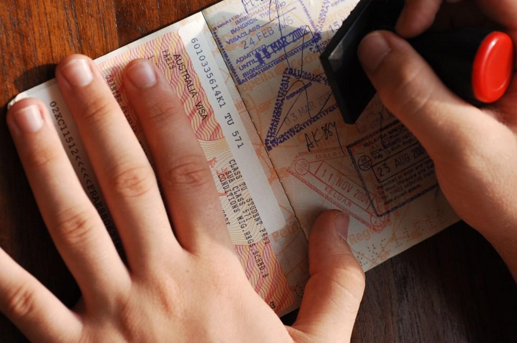 여권에 도장을 찍는 손